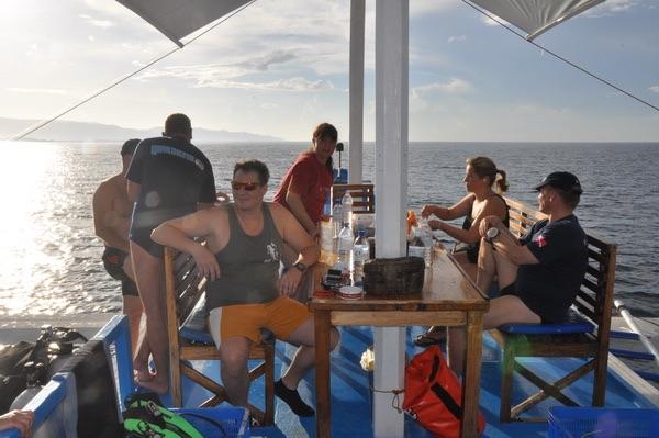 Une atmosphère relaxe entre participants, à la fin d'une longue journée de plongée aux Philippines.